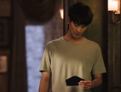 "Kim Soo Hyun Menemukan Surat Misterius di ""It's Okay to Not Be Okay"""